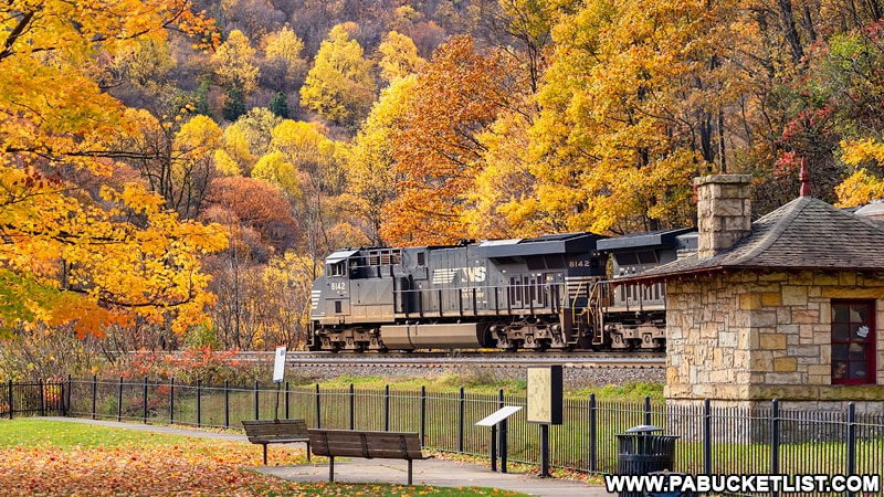 Westbound train passing through the viewing area at the Horseshoe Curve.
