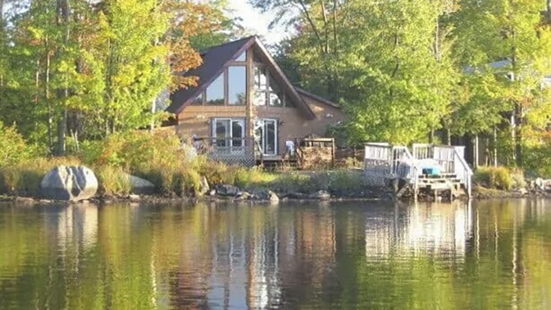 Front of a lakefront vacation rental cabin near Camelback Ski Area in the Poconos.
