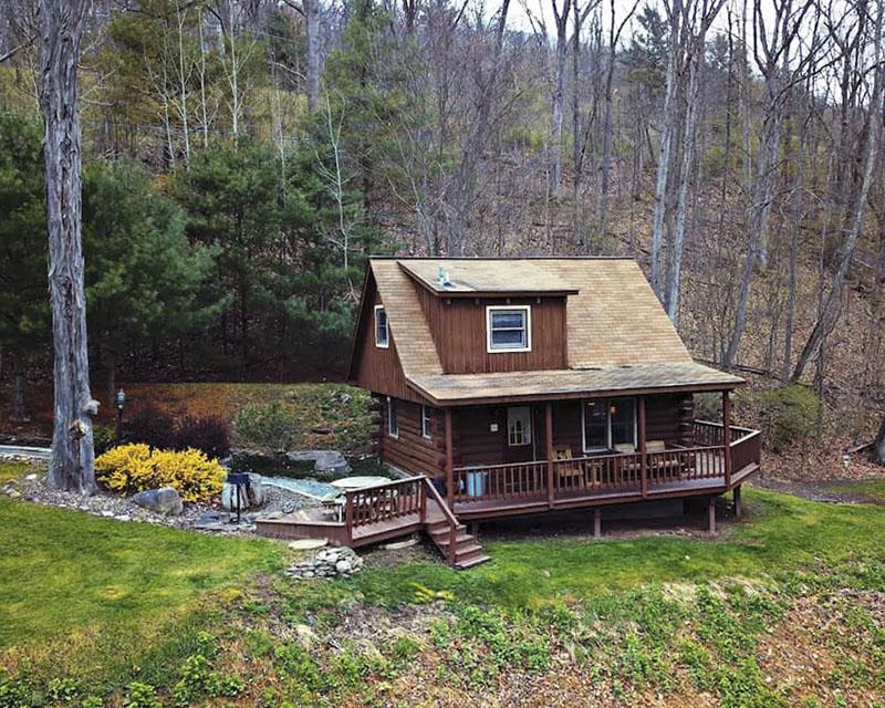 Exterior of Rough Cut Lodge near Wellsboro PA