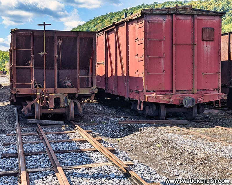 The narrow gauge rails and standard gauge rails in a side-by-side comparison.
